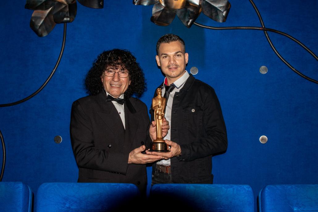 Marco Miele premiato per il miglior spettacolo di ipnosi da Tony Hassini
