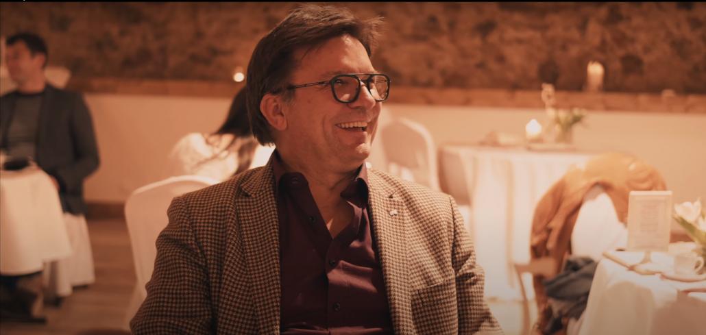 Der Zauberer Marco Miele verzaubert das Publikum auf einer Weihnachtsfeier in Frankfurt