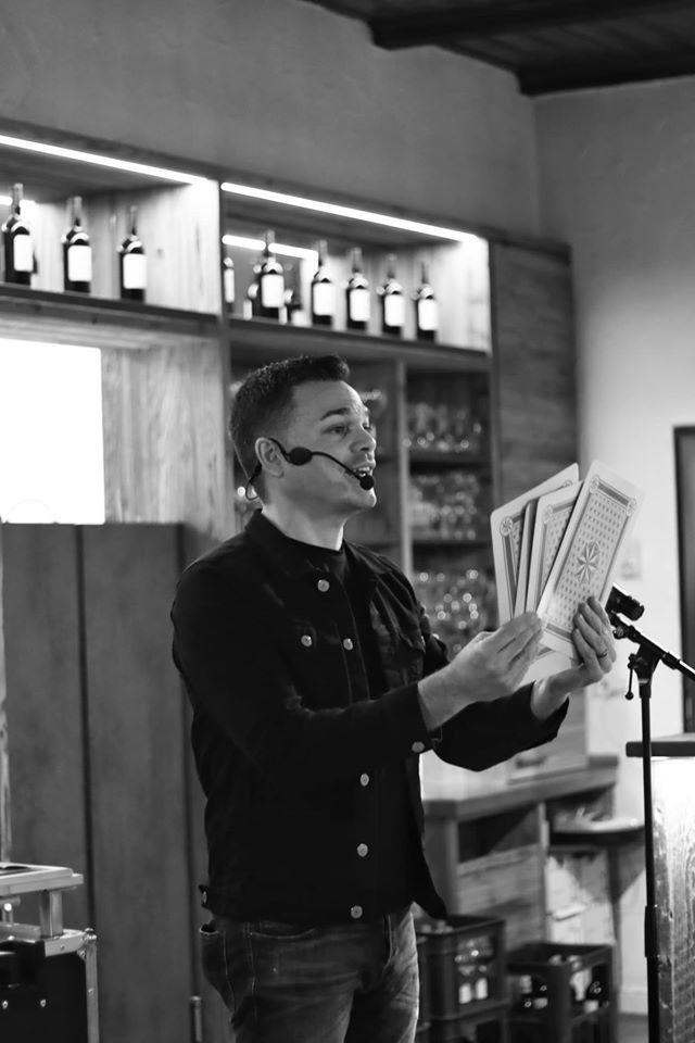 Der Zauberer und Mentalist Marco Miele verblüfft die Menschen in einem Frankfurter Restaurant