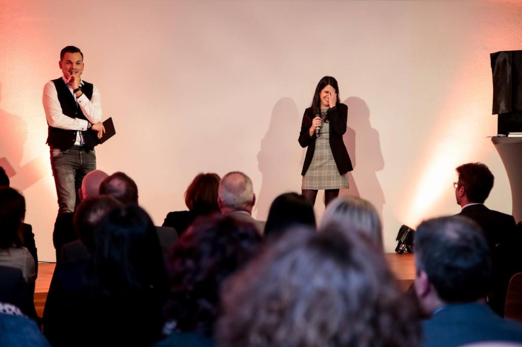 Marco Miele su palcoscenico presso evento aziendale a Francoforte